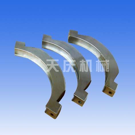 它是由左,右两半片抱箍对合后联接而成,左,右两半片抱箍均呈半圆环状